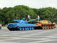 Киев. Цветочные танки в музее ВОВ